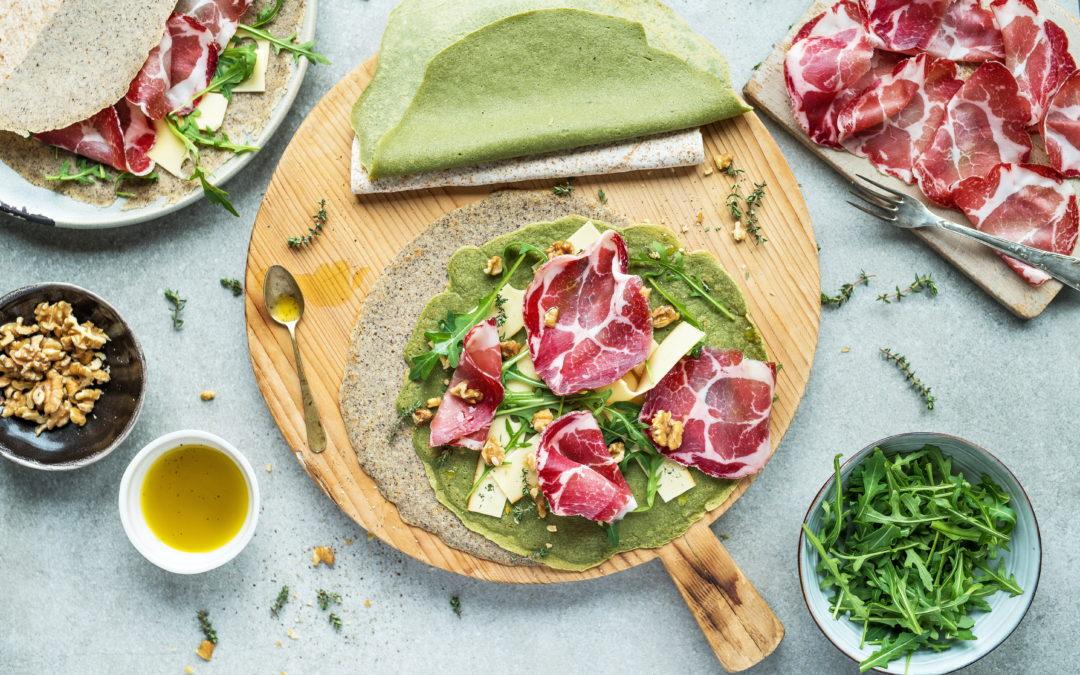 Gallettes bretoni verdi agli spinaci e al grano saraceno con Coppa di Parma IGP, emmentaler e rucola