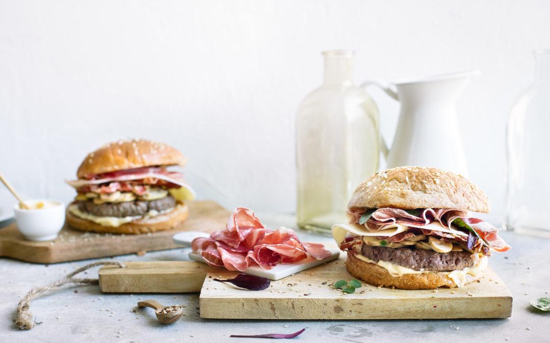 Hamburger di manzo con funghi trifolati, Asiago e Coppa di Parma