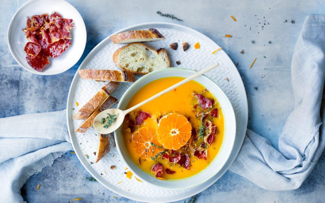 Vellutata di carote, patate e clementine con crostini e Coppa di Parma croccante