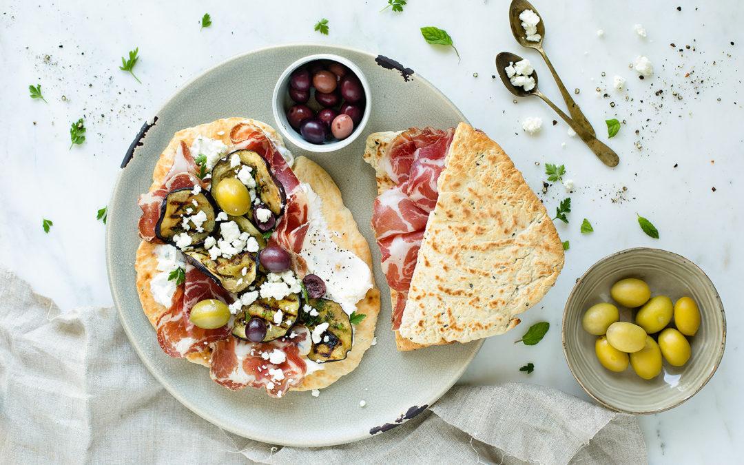 Pita greca con melanzane grigliate, feta, olive e Coppa di Parma IGP