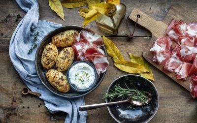 Patate Hasselback con panna acida, Coppa di Parma ed erbe aromatiche