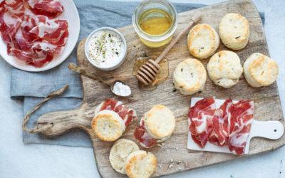 Scones salati al pecorino, farciti con Coppa di Parma, caprino e miele