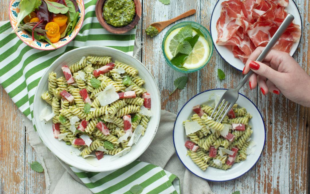 Pasta fredda (fusilli) con Coppa di Parma e pesto di pistacchi