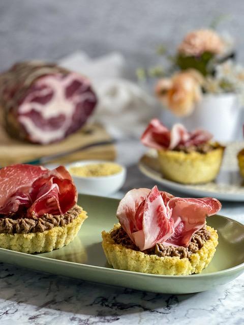 Crostatine di Miglio, Coppa di Parma IGP e Hummus di Ceci di Murgia